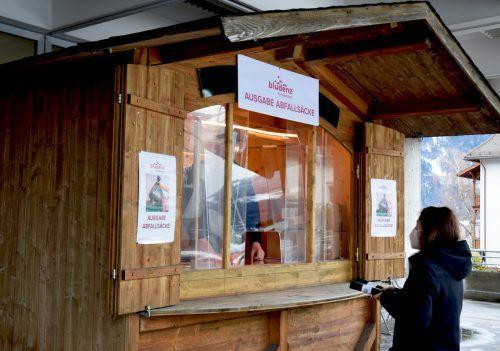 Vor dem Bludenzer Rathaus wurde aufgrund der aktuellen Lage eine Ausgabestelle für Abfallsäcke eingerichtet.stadt