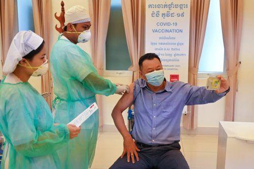 Während seiner Corona-Impfung mit dem chinesischen Sinopharm-Vakzin knipst ein Regierungsbeamter in Kambodscha ein Selfie. AFP