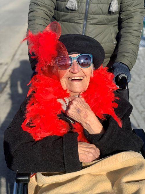 Was für ein Spaß! Bei Hilde Keckeisen (92) blieb der Humor bei einer Rollstuhlausfahrt am Faschingssonntag nicht auf der Strecke.