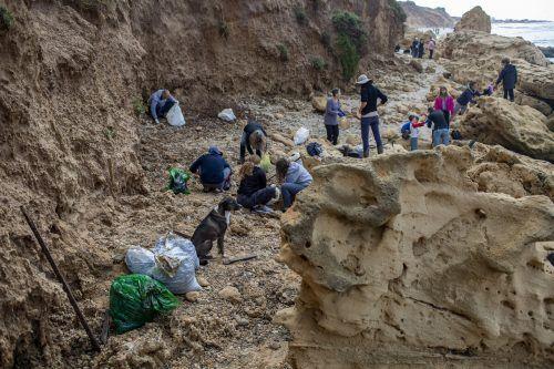 Zahlreiche Freiwillige halfen bei Reinigungarbeiten an den Stränden. AFP
