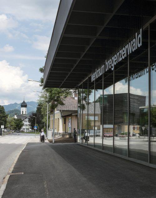 Zu sehen sind diese großen Mitglieds- und Betriebsporträts in zwei Schaufenstern des Werkraumhauses in Andelsbuch. Peter Loewy
