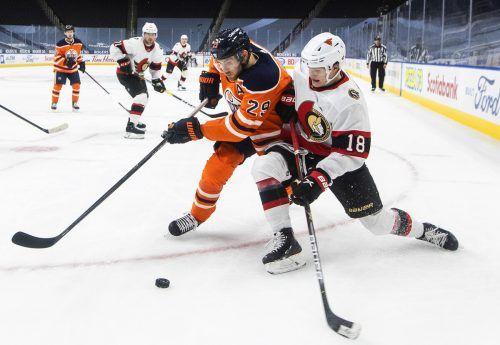 Zwei Deutsche zeigen in der NHL auf: Leon Draisaitl (l.) verbuchte beim 8:5 von Edmonton gegen Ottawa sechs Assists, Erstrundendraft Tim Stützle erzielte einen Senators-Treffer.ap