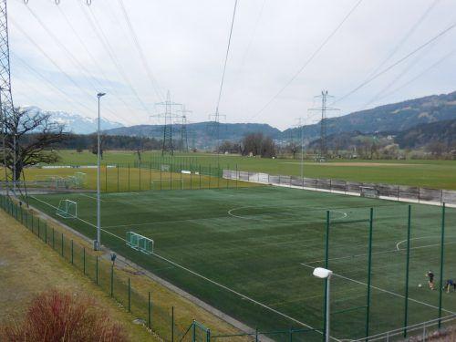 15 Jahre lang hat er gute Dienste getan, nun muss der Kunstrasen am Fußballplatz in der Unteren Au erneuert werden.Mäser