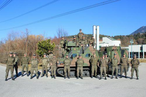 17 Unteroffiziere (hier vor dem neuen Überschneefahrzeug) wurden in das Hochgebirgs-Jägerbataillon 23 aufgenommen. JUN