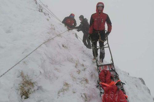 70 Einsatzkräfte waren an der Rettung der vier Männer beteiligt. bergrettung nö