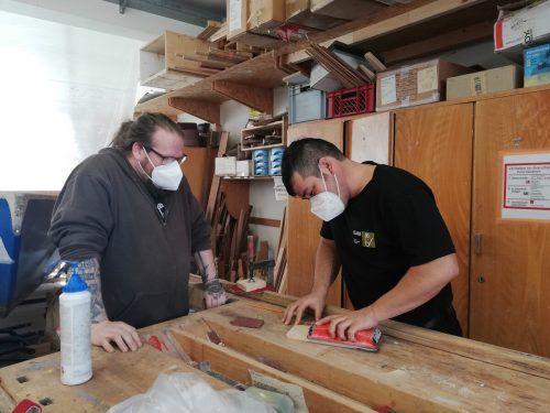 Ali Khavari (im Bild mit Thomas Kaiser) ist auch handwerklich geschickt.OJAD