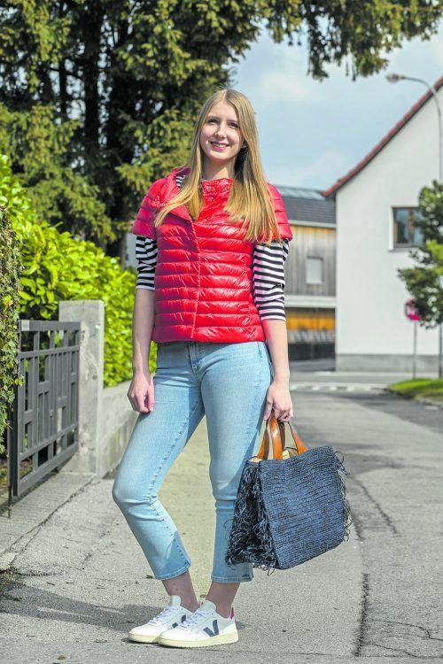 alltagstauglich. Selina in einem trendigen Frühlingsoutfit von Luger Mode in Hard: Kurzarm-Sommerdaunen-Weste, 355 €, Shirt, 79,95 €, Sneaker, 125 €, Tasche, 170 €. vn/paulitsch