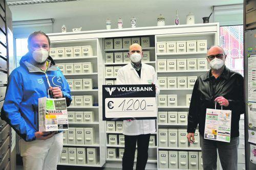 Apotheker Walter Barbisch (M.) übergibt den Spendenscheck an Gesamtleiter Michael Gau (l.) und Obmann Kurt Breuss (r.).Welte