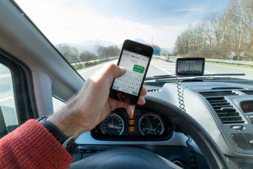 Auch das Verschicken von Nachrichten über das Mobiltelefon am Steuer während der Fahrt ist äußerst riskant. SYMBOL/STIPLOVSEK