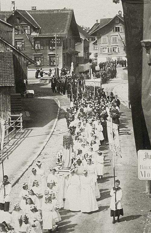 Auch Prozessionen – wie hier im Hatlerdorf – wurden durch die josephinischen Reformen stark eingeschränkt.Stadtarchiv