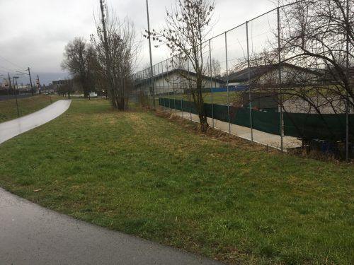 Vom Tisch: Der Grünstreifen zwischen Bahndamm und DSV-Sportplatz.