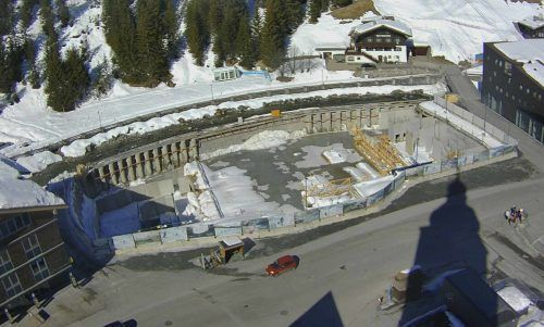 Auf stillliegender Großbaustelle zum Gemeindezentrum Lech soll bereits im April wieder Leben einkehren. Gemeinde, Hassler
