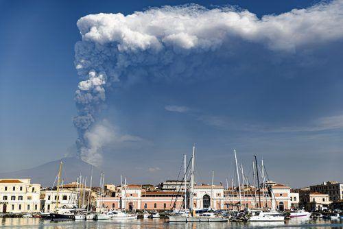 Aus dem Krater stieg eineAsche- und Rauchwolke zwölf Kilometer in die Luft.