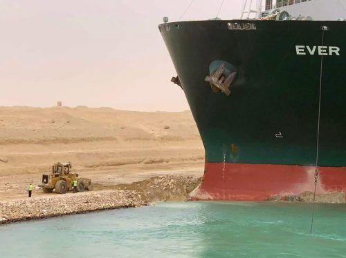Bagger versuchten, Sand unter dem Bug des 400 Meter langen Schiffs zu entfernen. AP