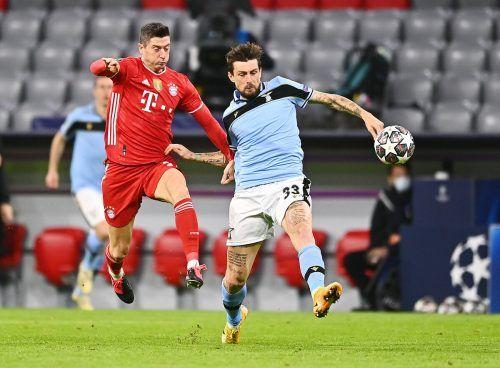 Bayerns Goalgetter Robert Lewandowski, im Bild gegen Francesco Acerbi, erzielte per Foul–elfmeter seinen fünften Saisontreffer in der Champions League. gepa