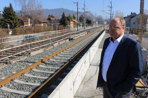 Der Lauteracher Bürgermeister Elmar Rhomberg erläutert den Stand der Arbeiten im Bereich der künftigen Haltestelle.