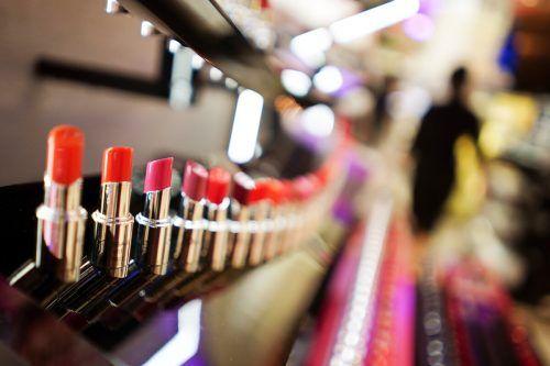 Besonders Augen-Make-up und Lippenstifte sind stark mit Mikroplastik belastet. Greenpeace fordert ein Verbot der Kunststoffe in Kosmetika. reuters