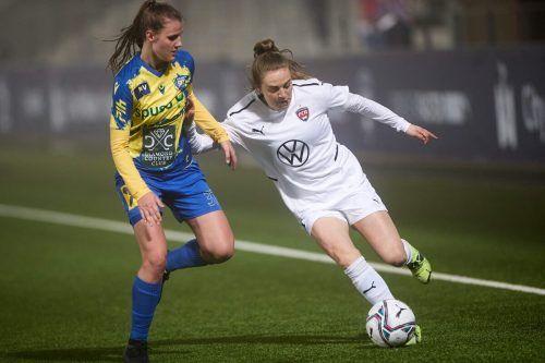 Bild aus dem Hinspiel in Malmö mit Anna Bereuter (links) im Duell mit Roosengards Stürmerin und schottischer Nationalspielerin Fiona Brown.afp