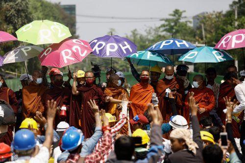 Buddhistische Mönche nehmen in Yangon, Myanmar, an einer Demonstration gegen den Militärputsch teil. AFP