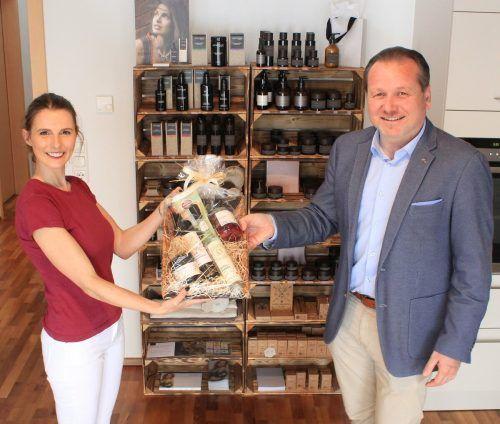 Bürgermeister Harald Witwer überbrachte Stefanie Lais zur Eröffnung ihres neuen Studios die Glückwünsche der Gemeinde.JS