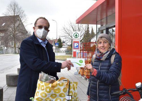 Bürgermeister Rainer Siegele verteilte zum Auftakt amKumma-Gutscheine an jene, die mit dem Fahrrad ihre Einkäufe erledigten. GEmeinde Mäder