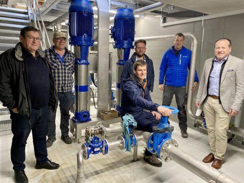 Bürgermeister Willi Müller, Walter Rauch, Roland Köfler, Thomas Groß, Martin Burtscher und Bürgermeister Harald Witwer beim Lokalaugenschein.VN/JS