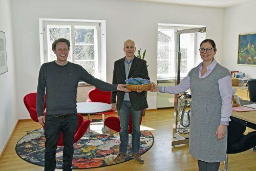 Claudio Herburger (Bürgerservice) und Bürgermeisterin Katharina Wöß-Krall bedanken sich bei Stefan Jarau für die Unterrichtsmaterialien.Marktgemeinde/Oswald