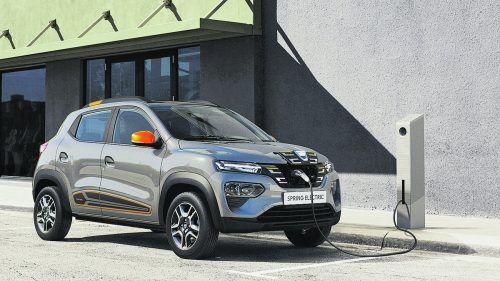 Dacia bringt im Herbst sein erstes Elektromodell auf den Markt. Den Vortrieb des viersitzigen und 3,73 Meter langen Spring übernimmt ein 44 PS starker E-Motor. Die 27,4 kWh große Batterie soll für Reichweiten von 230 Kilometer (WLTP) gut sein. Im Stadtverkehr mit hohem Rekuperationsanteil sind bis zu 305 Kilometer möglich.