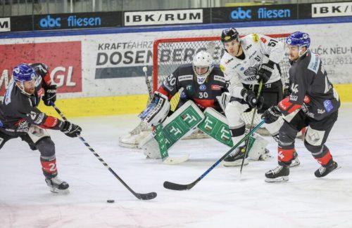 Daniel Woger (Mitte) und seine Dornbirner Kollegen mussten zittern, am Ende nahmen sie aus Innsbruck aber einen 5:3-Erfolg und das Play-off-Ticket mit nach Hause.PH-HCINNSBRUCK