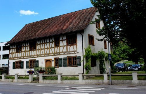 """Das """"Alte Schulhüsle"""" aus dem Jahre 1775 präsentiert sich nach erfolgreicher Revitalisierung im Jahr 1995 heute als historische Kostbarkeit in Lochau. bms/3"""