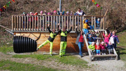 Das Bauhof-Team freute sich mit den Kindergartenkindern, dass der Spielplatz wieder benützt werden kann. Egle