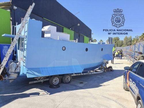 Das Boot kann bis zu zwei Tonnen Fracht tragen und hat zwei 200-PS-Motoren. AP