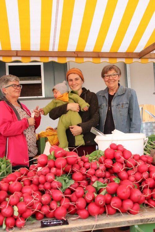 Das frische Gemüse aus Bioanbau lockte zahlreiche Kunden an.