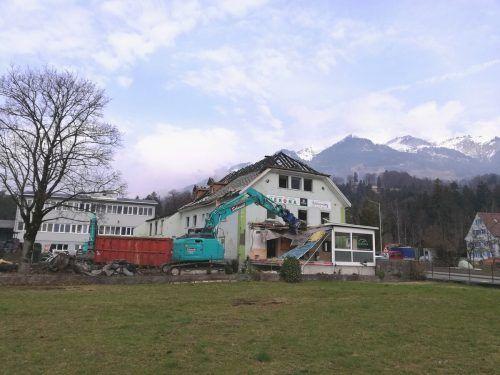 Das Gebäude der Pizzeria Verona in Ludesch wird derzeit dem Erdboden gleichgemacht und soll einem Neubau weichen. SES