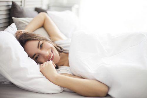 Das passende Kissen kann zu einem gesunden Schlaf beitragen. Shutterstock