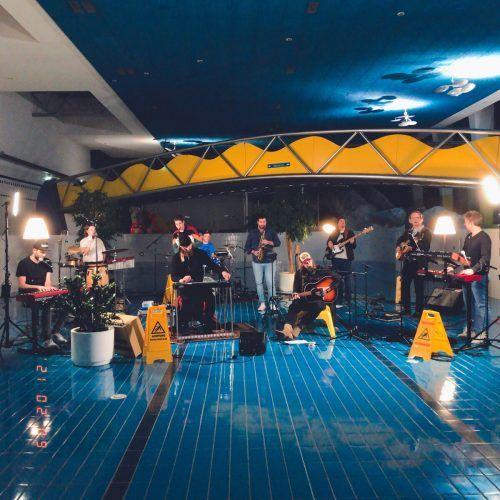 """Das Projekt """"Fierobad-Jazz"""", mit den kreativen Köpfen Lukas Morre, Cenk Dogan, Philipp Mayer und Antonio Della Rossa, konnte erfolgreich im Bludenzer Hallenbad Val Blu umgesetzt werden. Bi"""