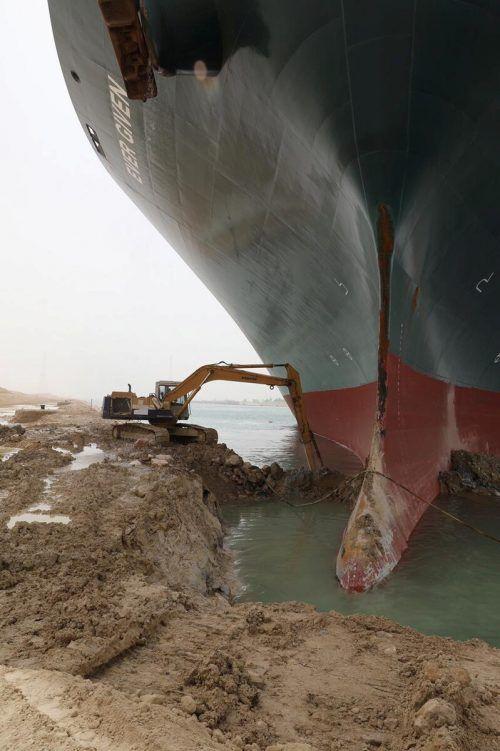 David gegen Goliath: Die Blockade des Suezkanals bedeutet für den Welthandel nach Schätzung der Allianz Einbußen von 6 bis 10 Mrd. Dollar pro Woche. Reuters