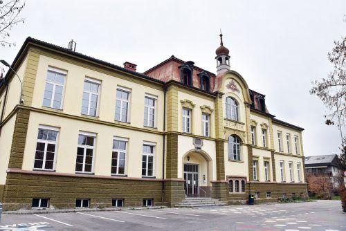 Der 1903 errichtete Altbau der Harder Volksschule Markt wird von manchen Gruppierungen ohne Mietvorschreibung genutzt. AJK