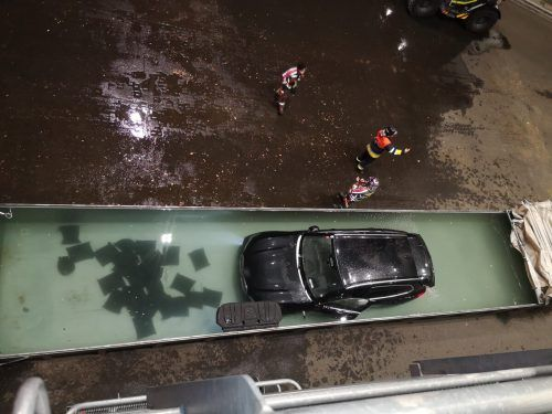 Der BMW musste gleich mehrfach, im Carport und beim Lustenauer Feuerwehrhaus, gelöscht werden. Am Ende wurde das Hybridauto in einem Container beim Terminal am Güterbahnhof Wolfurt versenkt. FW Lustenau, ÖBB FW