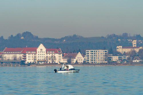 """Der Bodensee gehört nicht zum Gemeindegebiet von Lochau, dessen Hafen nicht kontrolliert. Wer von hier mit einem Boot beispielsweise nach Bregenz tuckern will, muss sich allerdings von privaten """"Corona-Sheriffs"""" in Acht nehmen. Die Polizei nimmt nämlich Hinweise entgegen."""