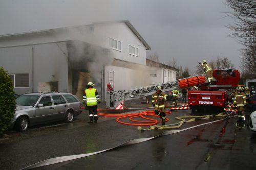 Der Brand in der Werkstatt im Industriegebiet ging glimpflich aus. VOL.AT/PLETSCH