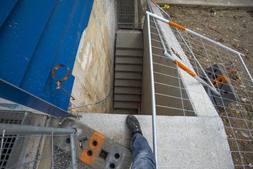 Der Mann hatte das Absperrgitter zur Seite gerückt und stürzte anschließend auf die darunter befindliche Betonstiege ab. VN/PAULITSCH