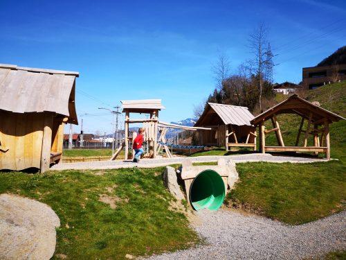 Der neue Spielplatz Am Schlosshang wartet mit vielen besonderen Spielgeräten auf. Stadt