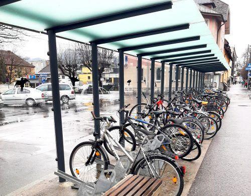 Der Radabstellplatz am Vorplatz des Bahnhofs Bludenz wird in den kommenden drei Wochen von ungenutzten und kaputten Fahrrädern befreit.Stadt Bludenz