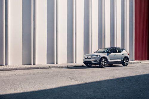 """Die Batteriestrom-Version des XC40, europäisches """"Car of the Year 2018"""", firmiert als 408 PS starker """"Pure Electric"""" unter dem Sammeltitel """"Recharge""""."""
