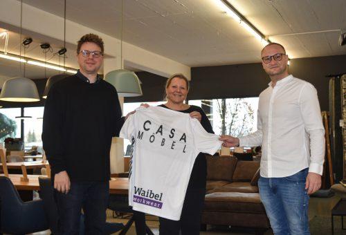 Die CASA-Geschäftsführer Simone und Philipp Waltner mit SCRA-Mann Juka Nakic.