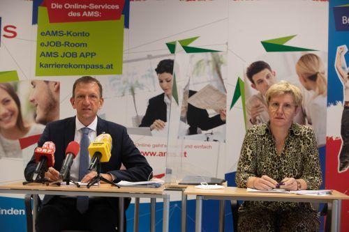 Die Führungsspitze des AMS Vorarlberg, Katharina Neuhofer und Bernhard Bereuter, freut sich über mehr Stellenangebote. VN/Hartinger