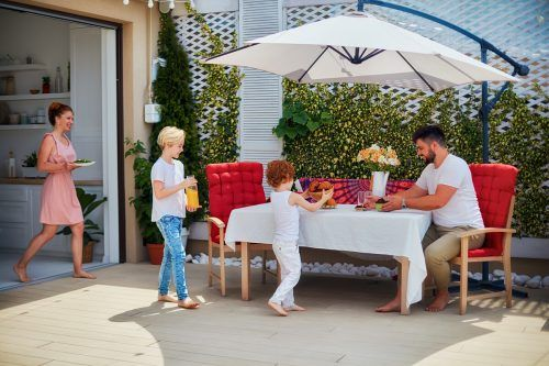 Die Gartenterrasse wird jetzt wieder für viele zur Wohlfühloase. Shutterstock