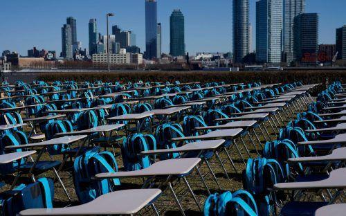 """Die Installation """"Pandemic Classroom"""" zeigt 168 leere Schreibtische - einen Schreibtisch für je eine Million Kinder, deren Schulen seit einem Jahr fast vollständig geschlossen sind. AFP"""