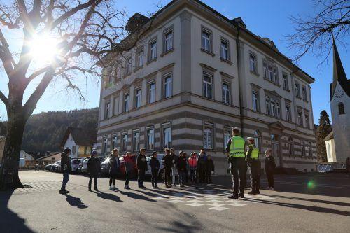 Die Kinder der Volksschule Sebastianplatz bekamen für die Radfahrausweisprüfung noch wichtige Tipps von der Polizei.